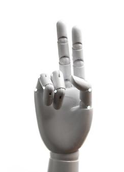 La mano bianca del robot mostra due dita isolate su sfondo bianco