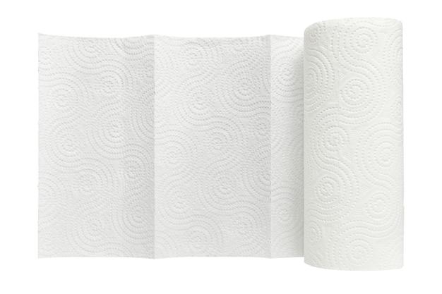 Rotolo bianco di asciugamani di carta per uso domestico isolati su sfondo bianco da vicino