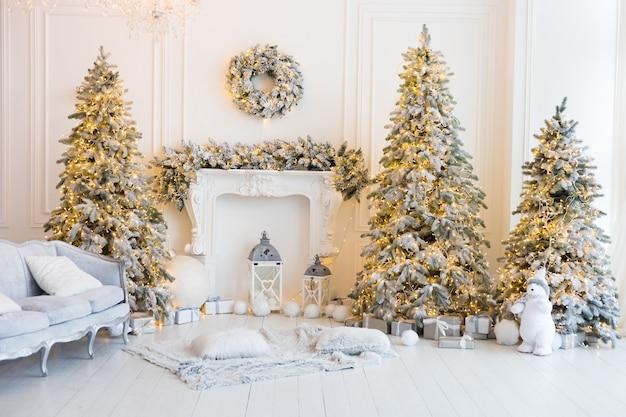 Stanza bianca con alberi di natale e ghirlande