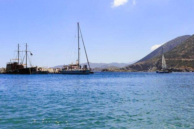 Barca a vela bianca nel mar mediterraneo aperto