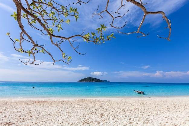 Sabbia bianca e acqua azzurra.
