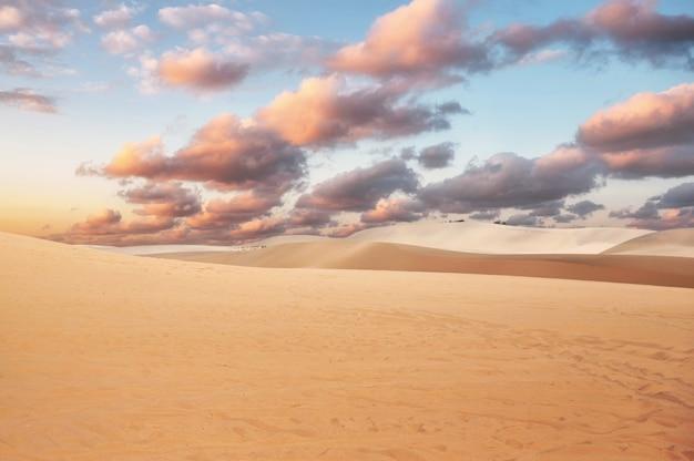 Dune di sabbia bianche contro il cielo nuvoloso