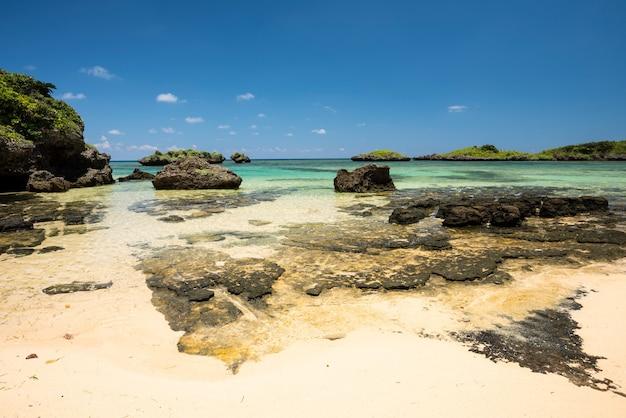 Sabbie bianche con rocce sulla spiaggia di hoshizuna e le sue splendide acque cristalline, isola di iriomote.