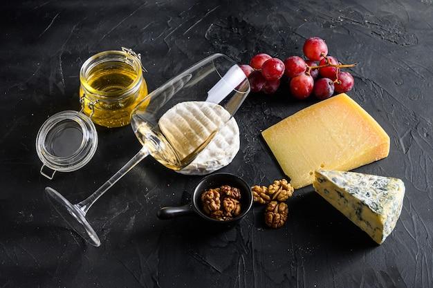 Vino bianco sauvignon formaggio camembert