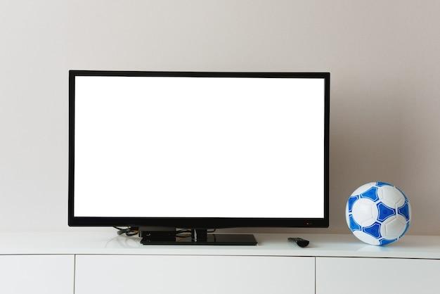 Schermo bianco su smart tv e pallone da calcio, squadra sportiva preferita