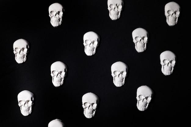 Palle bianche su sfondo nero. sfondo piatto di halloween.