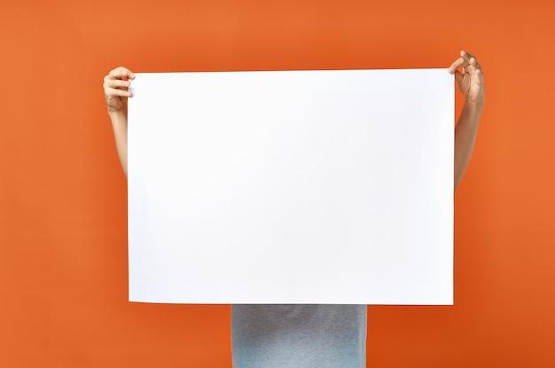 Foglio di carta bianco annuncio pubblicitario uomo nel poster mockup arancione
