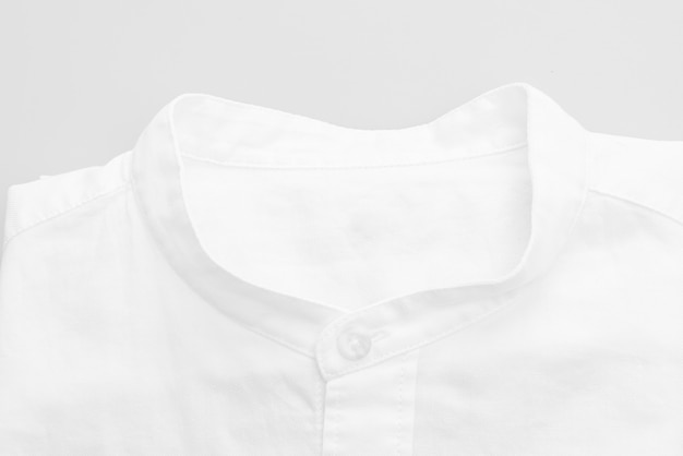 Primo piano della camicia bianca sulla superficie bianca