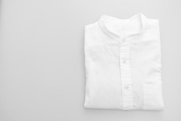 Piega della camicia bianca su sfondo bianco