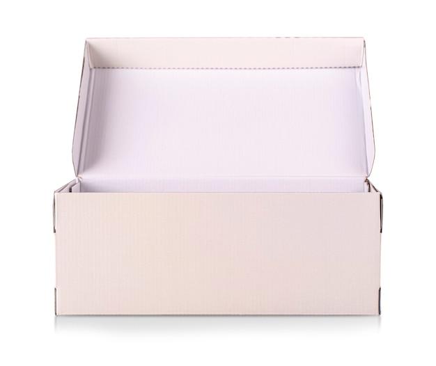 La scatola di scarpe bianca isolata su bianco con il percorso di residuo della potatura meccanica