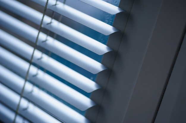 Persiane bianche sulla finestra in ufficio