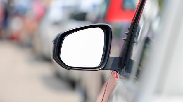 Automobile bianca dello specchio di vista laterale nel traffico dell'ora di punta