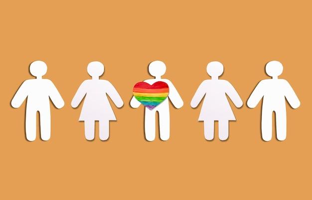 Sagome bianche di persone e cuore nel colore dell'arcobaleno lgbt