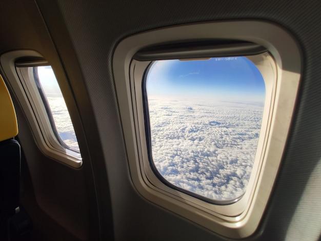 Vista del cielo bianco attraverso la finestra piana