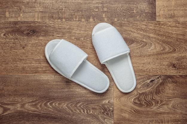 Pantofole bianche sul pavimento. vista dall'alto