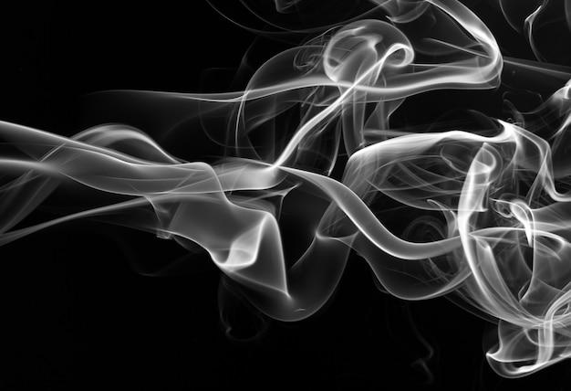 Estratto di fumo bianco su sfondo nero. disegno del fuoco