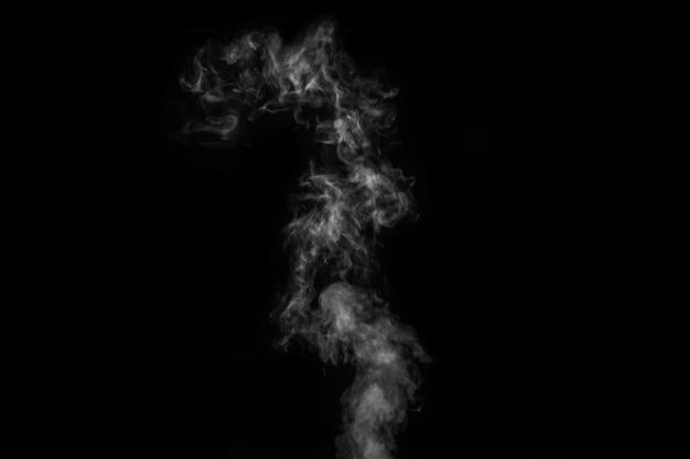 Fumo bianco su sfondo nero. fumo figurato su uno sfondo scuro. sfondo astratto, elemento di design, da sovrapporre alle immagini