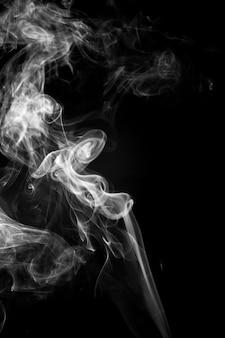 Fumo bianco su sfondo nero
