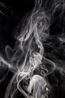 Fumo bianco su sfondo nero.