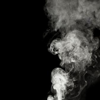 Fumo bianco isolato su sfondo nero. con copia spazio.