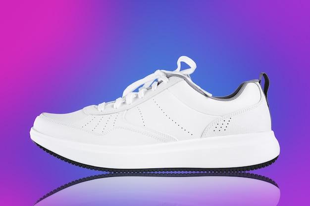 Sneaker bianca su sfondo colorato nuova scarpa sportiva senza marchio