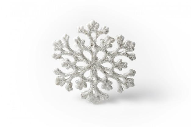 Fiocco di neve bianco su sfondo bianco. simbolo invernale Foto Premium