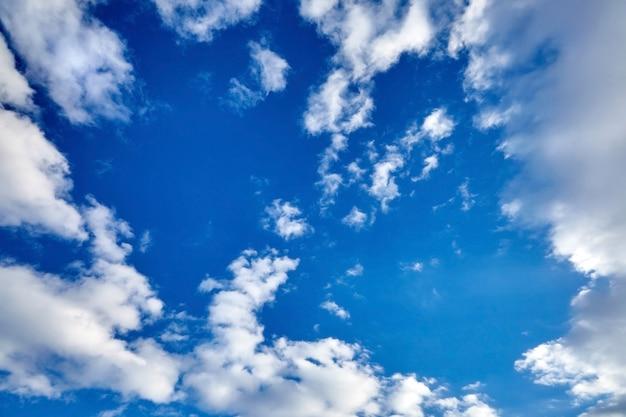 Nubi svettanti bianche su un cielo blu
