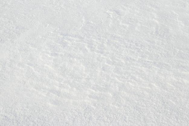 Superficie bianca e solida della neve, struttura della neve dopo una tempesta