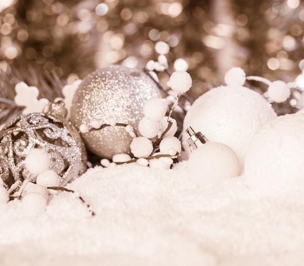 Decorazioni natalizie bianche e scintillanti dai toni
