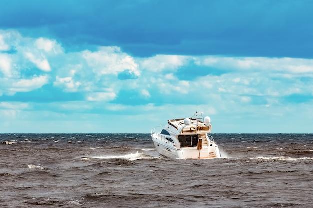 Motoscafo bianco che si muove velocemente verso il mar baltico. sport acquatico