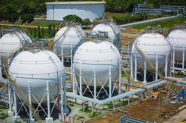 Serbatoi di propano sferici bianchi contenenti gasdotto.