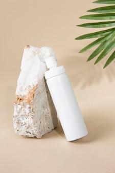 Flacone spray bianco su fondo beige