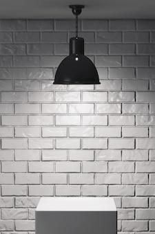 Supporto bianco e lampada da soffitto davanti al muro di mattoni