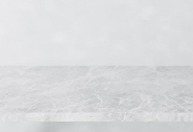 Piano d'appoggio di marmo di pietra bianco sul fondo bianco dell'insegna della costruzione interna della parete