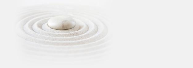 Pietra bianca nella sabbia scena di sfondo giardino giapponese zen banner orizzontale