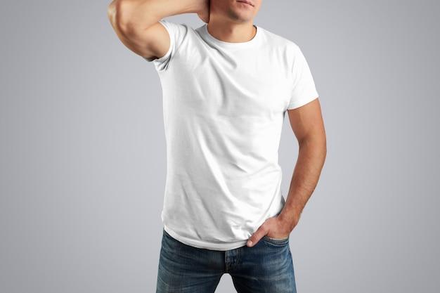 T-shirt bianca su un uomo alla moda con una mano dietro la testa