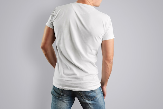 T-shirt bianca con vista posteriore su un uomo muscoloso con blue jeans.