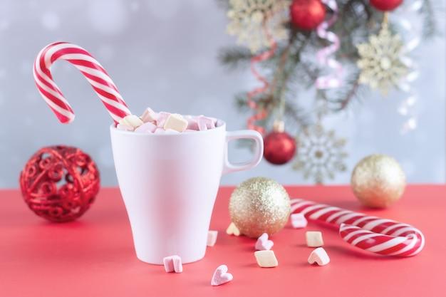 Su un tavolo bianco marshmallow in una tazza con latte