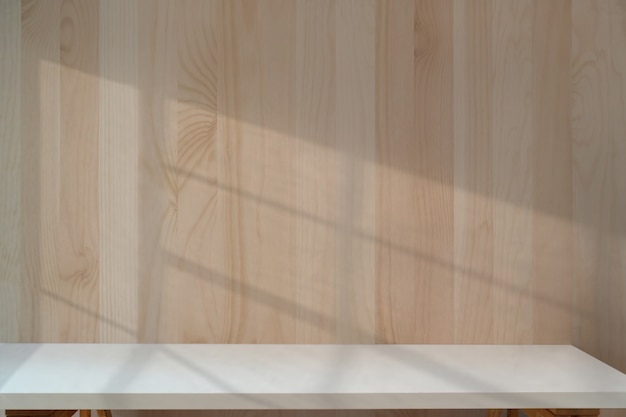 Tavolo bianco con parete in legno.