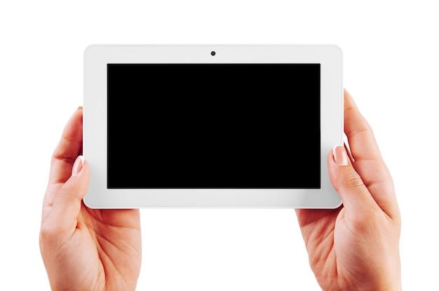 Compressa bianca in mani della donna isolate su fondo bianco. tablet digitale mock-up in mano