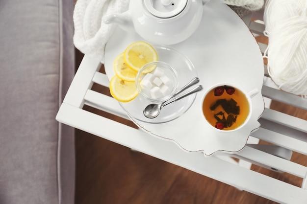 Servizio da tè bianco su un vassoio di legno sul tavolo