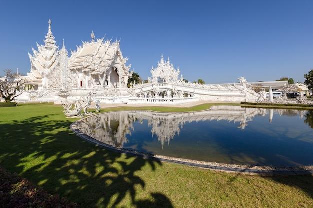 Tempio bianco (wat rong khun) nella provincia di chiang rai, thailandia