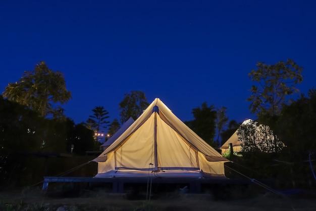 La tenda bianca si accampa in giardino di notte