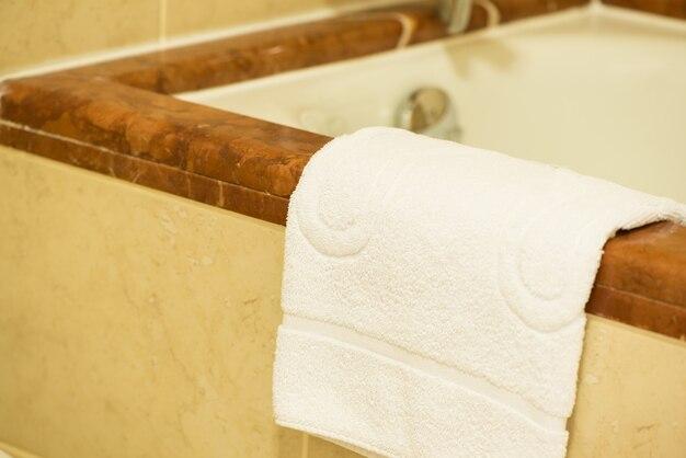 Asciugamano di spugna bianco nel bagno dell'hotel