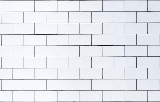 Parete di fondo in piastrelle bianche con piastrelle bianche per l'interno della cucina o del bagno in casa...