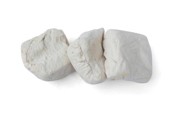 Tofu bianco isolato su sfondo bianco