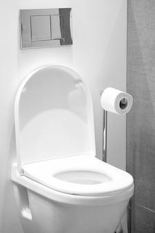 Toilette bianca in bagno