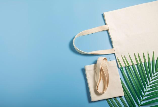 Borsa di tela bianca tessuto di tela. modello del sacco di acquisto del panno con lo spazio della copia.
