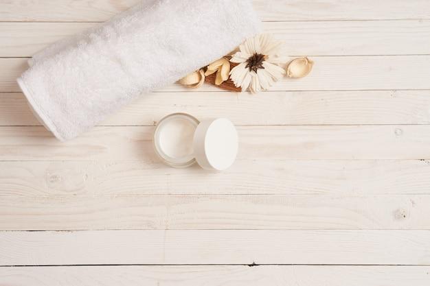 Asciugamano bianco cosmetici accessori da bagno in legno sfondo scenario.