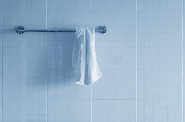 Asciugamano bianco su un gancio